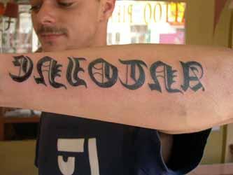 Petit-tatouage-ecriture-gothique.jpg