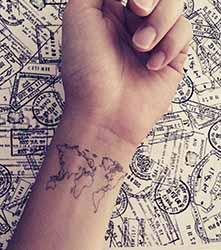 Tatouage-carte-du-monde-poignet.jpg