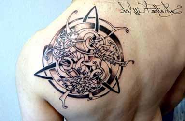 tatouage phrase homme 1001 tatouage. Black Bedroom Furniture Sets. Home Design Ideas
