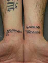tatouage-homme-poignet-ecriture.jpg