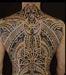 tatouage-maori-dos-homme.jpg