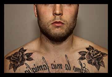 tatouage-torse-homme-phrase.jpg