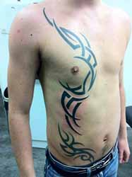 tatouage-tribal-bas-du-ventre-homme.jpg