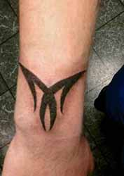 tatouage-tribal-poignet-homme.jpg